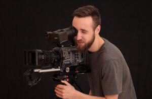 Daniel Breitenbücher schaut durch den Sucher der Kamera