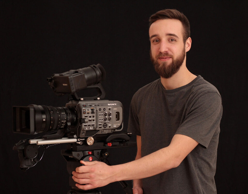 Daniel Breitenbücher freundlich lächelnd an der Kamera