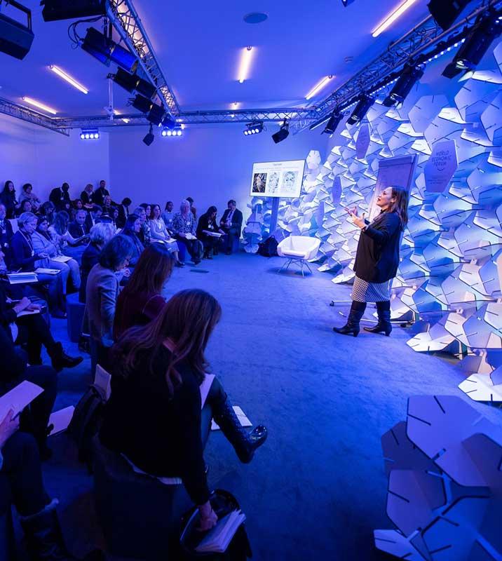 Bild für Livestreaming - Blick in einen Saal mit Zuhörerin und einer vortragenden Person (Seminar)