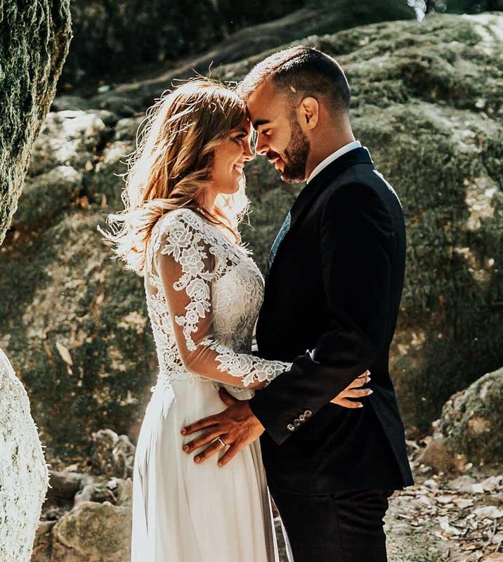 Bild für Hochzeit Stream - Hochzeitspaar von der Seite sich anschauend